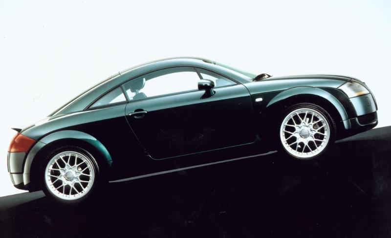 这是一款血统纯正的跑车。对于看惯了庄重的奥迪100和奥迪200的中国人而言,恐怕很难想象出这款TT 跑车居然也出自奥迪门下。事实上你可能真的不很了解奥迪。作为德国的三大豪华汽车生产厂商之一,奥迪在技术和设计上更 富有创新精神。近年来,奥迪不断推出一系列彻头彻尾的新车,从A4、A6直至如今的A8和TT。每一款都会给人带来耳 目一新的感觉。而这款TT则将奥迪的创新风格发挥到了极致。比起其他豪华品牌,奥迪进入跑车市场的时间较晚。但它一经 面世,便引起了世人的普遍关注。更值得骄傲的是,奥迪TT荣获了德国199